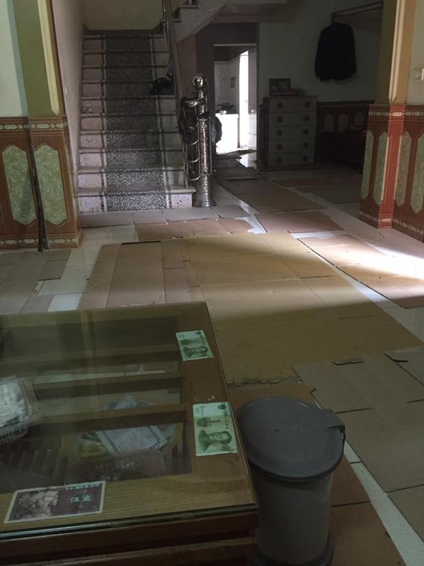 Trong nhà phải dải bìa catton để chống ẩm.