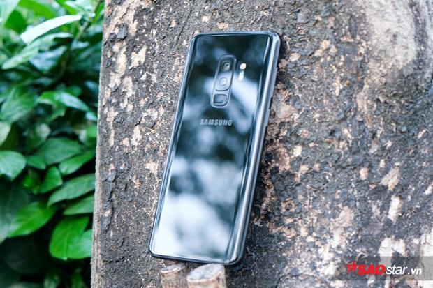 Về cấu hình, Galaxy S9+ ở thị trường Việt Nam sử dụng vi xử lý Exynos 9810 8 nhân 64-bit, RAM 6 GB, bộ nhớ trong 64/128/256 GB, viên pin 3.500 mAh. Ngoài ra, máy còn chuẩn kháng nước IP68, theo lý thuyết người dùng có thể ngâm nước ở độ sâu 1,5 mét trong 30 phút liên tục.