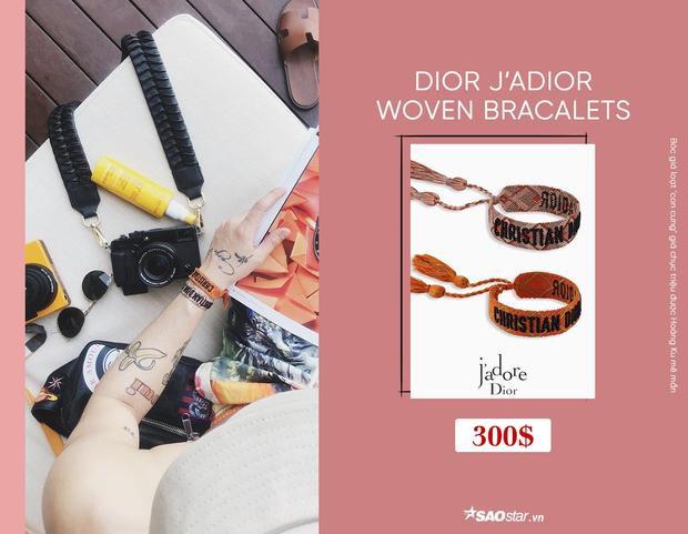 Tuy có hình thức bé xinh nhưng chiếc vòng tay này lại có giá thành không hề rẻ, để sở hữu một bộ gồm 2 chiếc vòng bằng dây thắt, được thêu dòng chữ Christian Dior, các tín đồ thời trang cần bỏ ra số tiền tầm 300$, khoảng 6,9 triệu đồng.