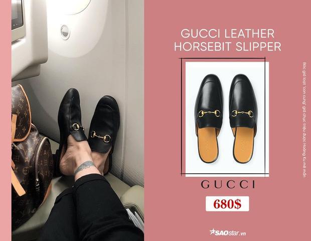 Lẽ dĩ nhiên với niềm đam mê cuồng nhiệt với Gucci, tủ phụ kiện của Hoàng Ku chắc chắn không thể thiếu những đôi giày, dép đình đám cuả nhà mốt nước Ý. Với thiết kế đơn giản cùng điểm nhấn khóa vàng trước mũi, items này là một trong những món đồ yêu thích của Hoàng Ku, được chàng stylist liên tục diện đi diện lại mỗi khi xuống phố. Giá của đôi dép bé xinh này là 680$, gần 16 triệu đồng.