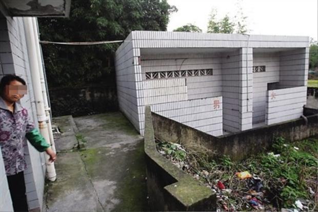 Nhà vệ sinh, nơi phát hiện ra em bé đang nằm cạnh bồn cầu.Ảnh: Internet