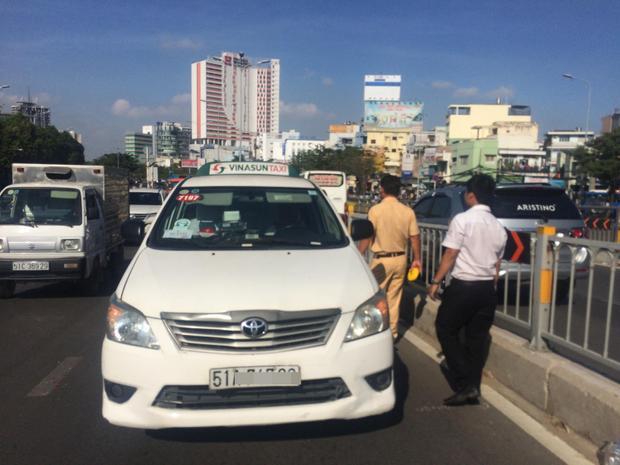 Xe taxi bị ô tô húc vào đuôi xe làm phương tiện hư hỏng.