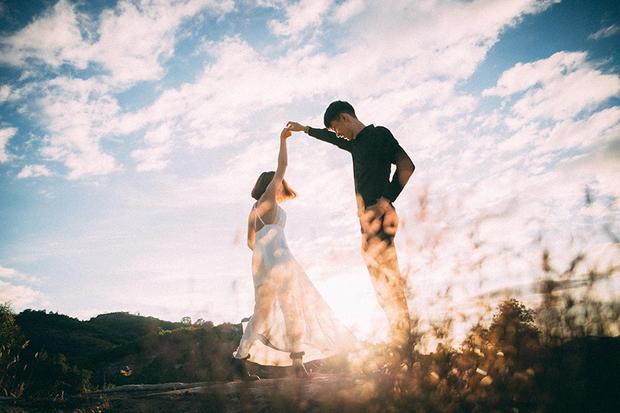 Bối cảnh thiên nhiên như tô điểm cho khoảnh khắc hạnh phúc mà cũng rất đáng yêu của cặp đôi.