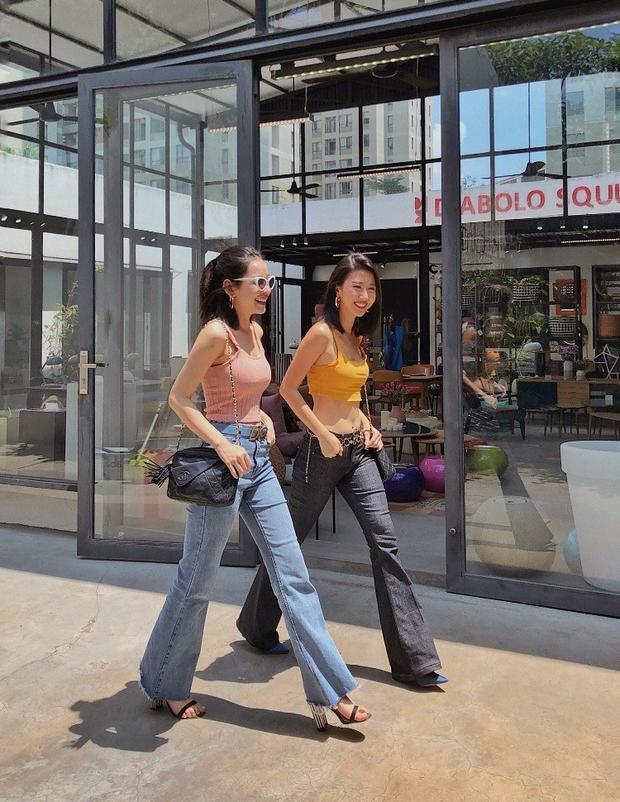 Hai tín đồ của thời trang là Chi Pu và Quỳnh Anh Shyn diện đồ siêu ăn ý với áo hai dây và quần jeans ống loe. Đây chắc chắn sẽ là set đồ được nhiều cô gái học hỏi trong mùa hè năm nay.
