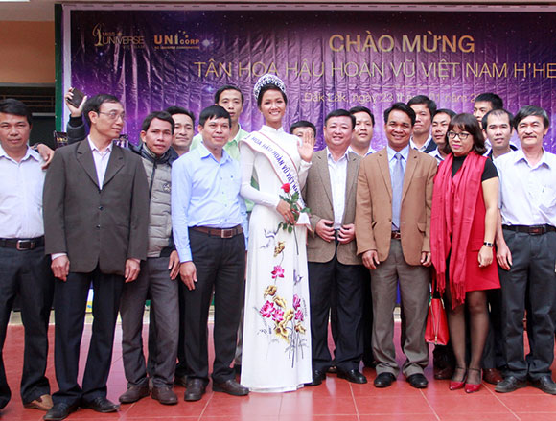 Vào sáng 23/1, thực hiện lời hứa lúc đăng quang, Hoa hậu H'Hen Niê đã trở về quê hương và trao học bổng cho học sinh có hoàn cảnh khó khăn tại những ngôi trường cô từng theo học. Cô chọn tà áo dài trắng thanh lịch họa tiết hoa sen để mặc.