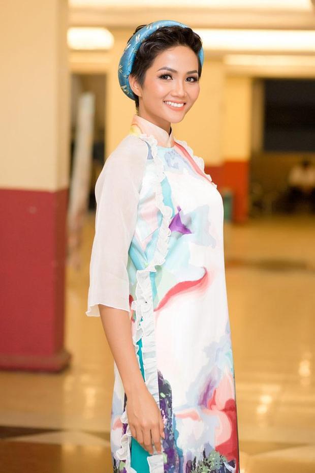 Vào tối 24/01, tại Nhà hát Bến Thành (TP.HCM), H'Hen Niê xuất hiện trong chương trình ca nhạc thời trang Tình xuân nhằm chào đón xuân Mậu Tuất 2018 với sự tham gia của nhiều nghệ sĩ nổi tiếng. Tại sự kiện này hoa hậu cũng chọn mặc áo dài.