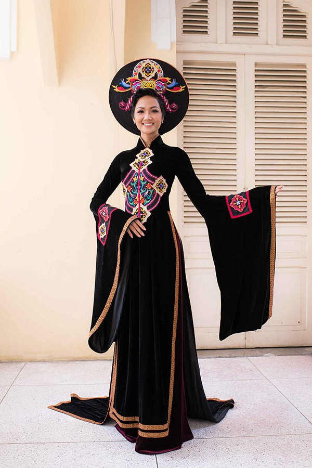 Tham gia tặng áo dài cho các nữ biệt động Sài Gòn vào ngày 26/1 tại Bảo tàng Phụ nữ Nam Bộ (TP.HCM),Hoa hậuHoàn vũ H'Hen Niê chọn mặc tà áo dài màu đen sang trọng.