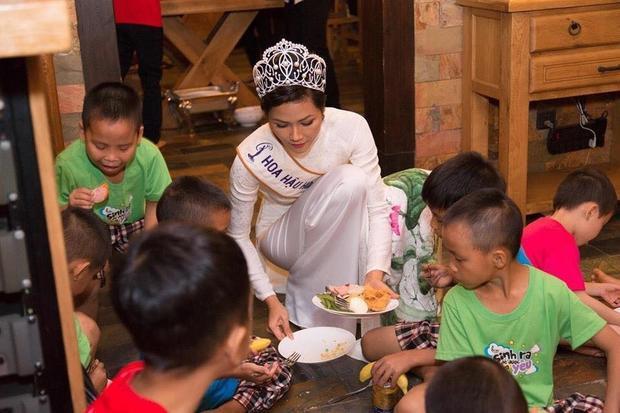 Và có lẽ lần mặc áo dài gây ra những lùm xùm nhất là khi H'Hen Niê mặc áo dài đến thăm trẻ em mồ côi, khuyết tật.