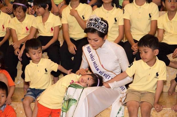 Có rất nhiều lời chỉ trích vì cho rằng hoa hậu cần mặc trang phục đơn giản hơn là mang áo dài trắng và đội vương miện như thế này. Nhưng sau tất cả, H'Hen cho biết đây là mong muốn của những đứa trẻ tội nghiệp, chúng muốn nhìn thấy cô xuất hiện như một nàng công chúa!