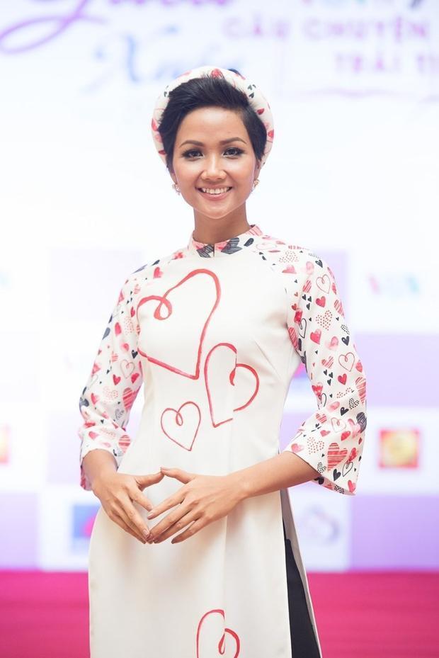 Chiếc áo dài mà H'Hen Niê mặc do chính tay Hoa hậu Ngọc Hân thiết kế.Khác với vẻ cá tính thường thấy, H'Hen Niê trông thật nhẹ nhàng, thướt tha. Được biết, cô tham gia chương trình Gala Xuân 2018 - Câu chuyện trái tim với tư cách một Đại sứ của chương trình.