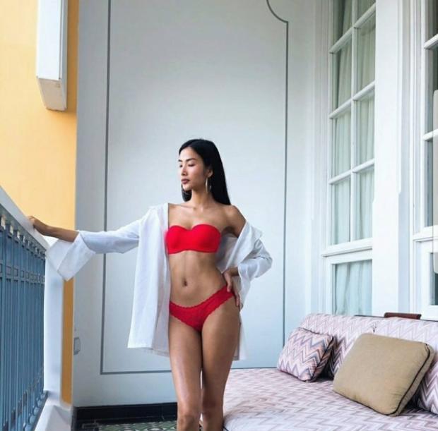 Giữa một dàn người đẹp nóng bỏng với bikini thì Hoàng Thùy cũng không thể làm ngơ được. Cô đã khoe ngay một bức ảnh mình diện bikini đỏ tạo dáng hờ hững quyến rũ.