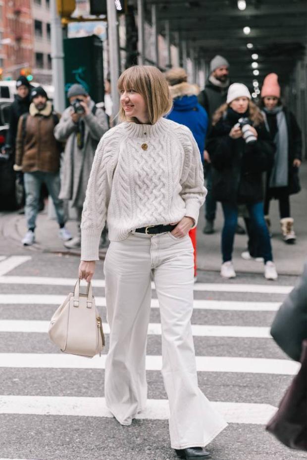 Một set đồ vô cùng đẹp mắt phối theo cả cây trắngđược fashionista này ứng dụng trên đường phố Paris fashion Week thu, đông 2018.