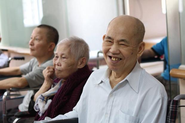 Đăng ảnh các cụ già chơi vui vẻ, cô gái trẻ mong mọi người có cái nhìn khác về viện dưỡng lão
