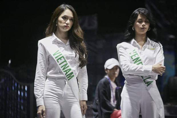 Trong khi đó đại diện Việt Nam được khen ngợi khi cô vẫn giữ vững phong độ. Hương Giang hoàn toàn lấn át trước đại diện của Venezuela. Trong buổi tổng duyệt các thí sinh mặc đồng phục trắng vô cùng nổi bật.