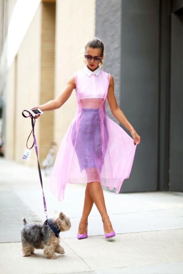 Nếu mà cảm thấy chưa đủ phá cách thì một lớp áo choàng bằng vải sheer sẽ giúp outfit của bạn đẹp hoàn hảo như quý cô này.