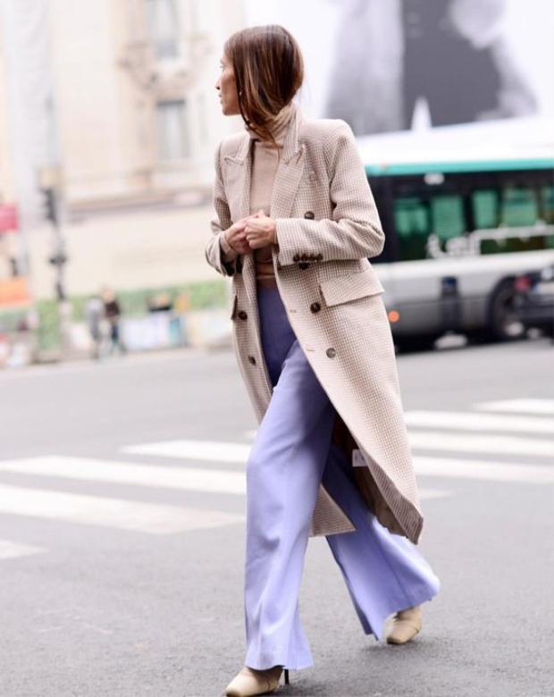 Quần ống loe mà kết hợp với áo len cao cổ thì tuyệt đẹp. Thêm chiếc áo khoác dáng dài là bạn có thể thả dáng trên phố không thua kém bất kì fashionista nào.