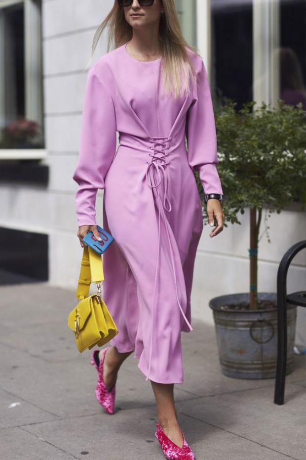 Nếu muốn diện cả cây tím thì không thể quên được những chiếc váy dịu dàng nữ tính