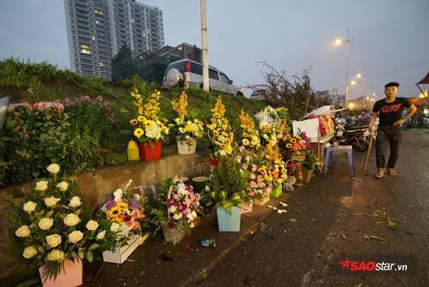 Khung cảnh vãn hồi ở chợ hoa khi sắp hết giờ họp chợ.