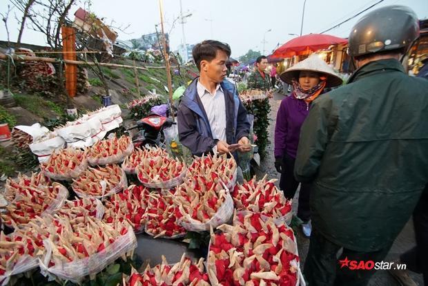 Ngay từ cuối giờ chiều, chợ hoa đêm đã tấp nập người mua, kẻ bán.