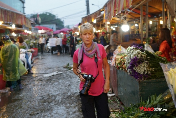 Du khách nước ngoài thường thích đến chợ hoa này để chụp ảnh.