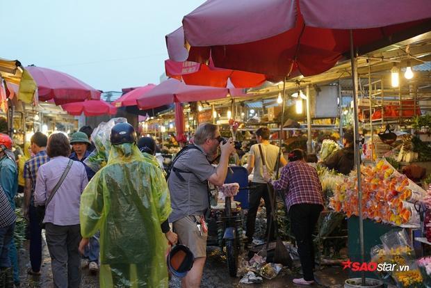 Theo nhiều người buôn hoa, dù năm nay lượng khách buôn về lấy hàng sớm cho ngày 8/3 nhưng những ngày cận kề, từng xe hoa lớn, nhỏ vẫn cứ tấp nập ra vào khu chợ đầu mối.