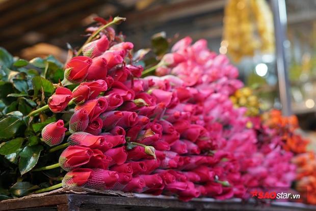 Hoa hồng với đủ các màu sắc được bán với giá 200.000 - 350.000 đồng/bó.