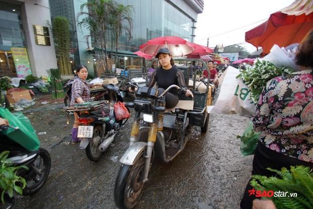 Những chiếc xe ba gác liên tục quanh quẩn ở chợ để mua hoa.