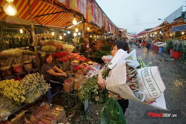 Trong khi đó, hầu hết người dân Hà Nội đã đến đây đều mang theo hoa tươi trở về.