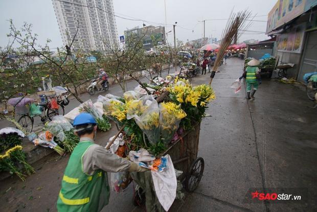 Sáng sớm hôm sau, những bông hoa bị dập nát lại được chất đầy trên những chiếc xe dọn rác.