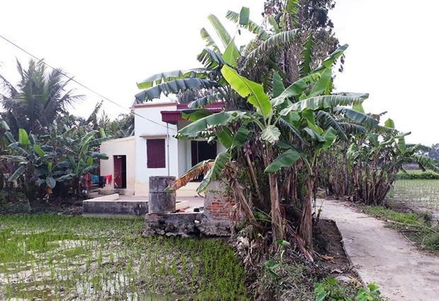 Ngôi nhà nhỏ nằm ngoài cánh đồng.