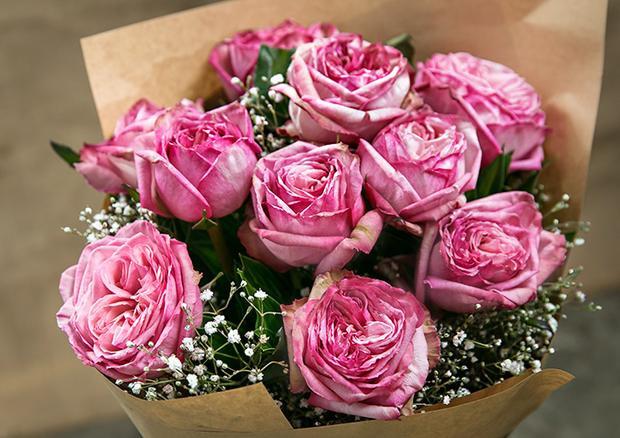 Đối với các mối quan hệ đã thân thiết hay mới quen đều có thể tặng hoa. Tuy nhiên cần chú ý trong việc chọn loài hoa phù hợp.