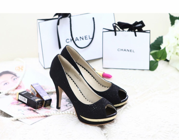 """Ngoài ra, tặng giày còn là để thể hiện mong muốn gắn bó của người con trai với người con gái, mong muốn """"trói chân""""' cô ấy bên cạnh mình."""