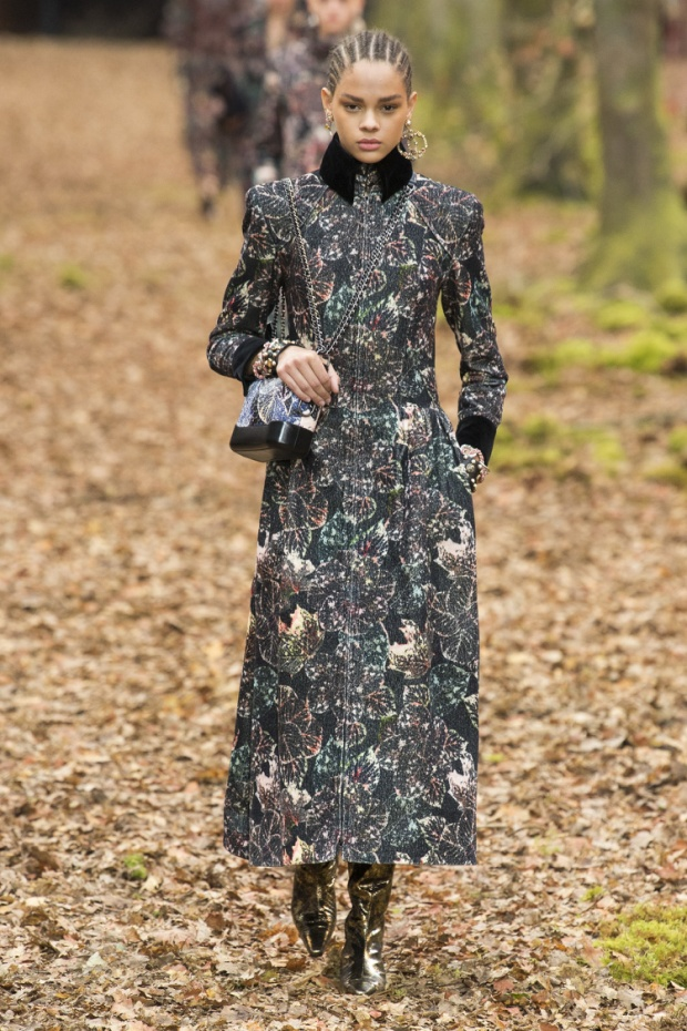 Được biết, ý tưởng của bộ sưu tập lần này được lấy từ hình ảnh những cô gái thập niên 90 đang dạo phố vào mùa thu. Các thiết kế tiếp tục xoay quanh mẫu áo khoác dáng dài, măng tô hay các chiếc áo chần bông, móc sợi có tác dụng giữ ấm.