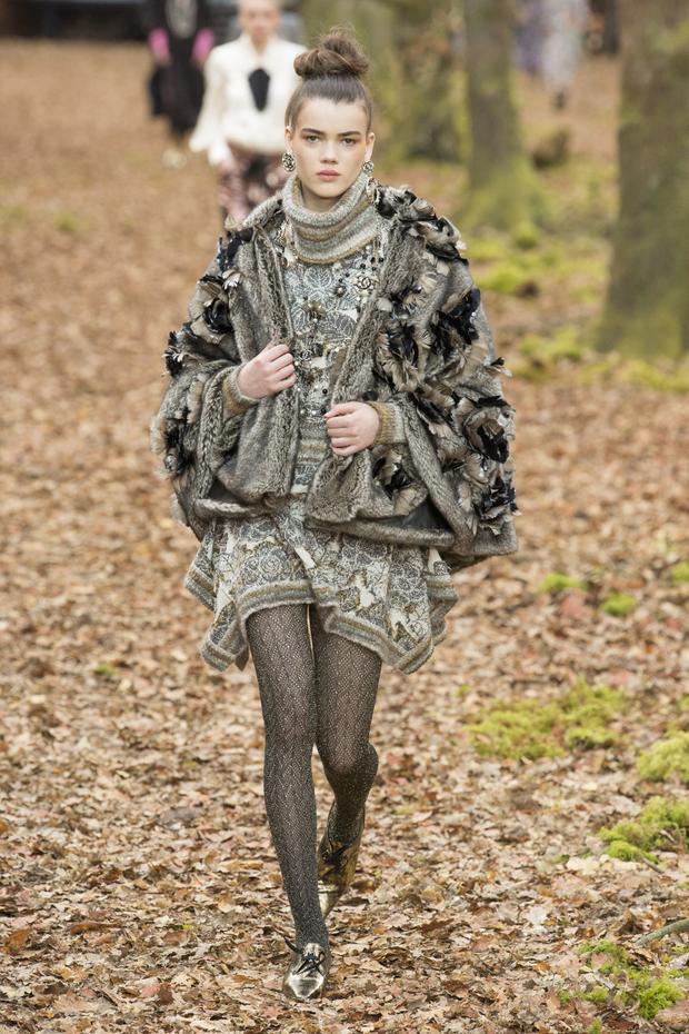 Tông màu nâu, xám với những mảng sắc độ trung tính là lựa chọn của hãng cho BST mới nhất của mình. Karl Lagerfeld chia sẻ, có những vẻ đẹp hoài cổ đang dần bị quên đi, vậy nên ông muốn tạo ra những sáng tạo mà trong đó, các thiết kế được lấy cảm hứng từ những chân váy, áo kiểu mang dáng dấp thập niên, nhưng lại được làm mới để phù hợp với thời đại.