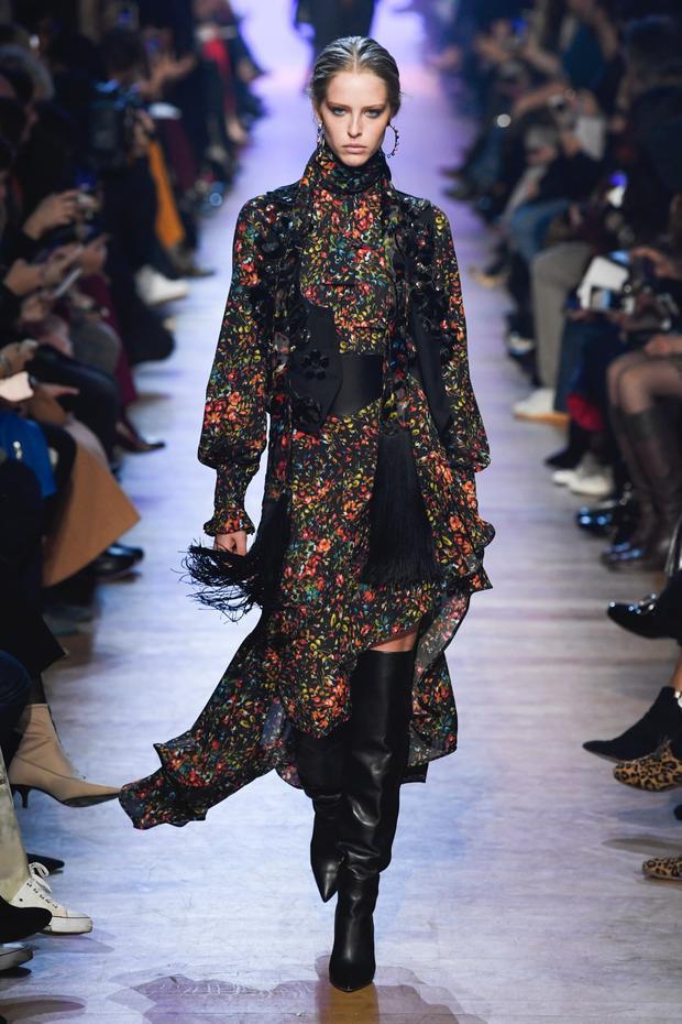 Trái ngược với vẻ mong manh, nữ tính trong BST xuân, hè, mùa lạnh năm nay, Elie Saab đem đến giới mộ điệu những sáng tạo có phần mạnh mẽ với gam màu đen, cùng chất liệu da cá tính.