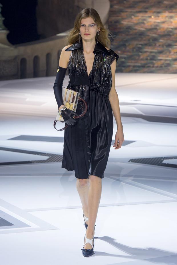 Ngoài ra, dáng váy đi tiệc trễ nải, khoe khéo vòng 1 lấp ló cũng được nhà mốt ứng dụng cho bộ sưu tập mới nhất của mình.