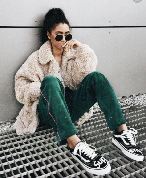 Quần nhung không bắt buộc phải đi với giầy cao gót, nếu muốn các cô gái vẫn có thể chọn sneaker cá tính.