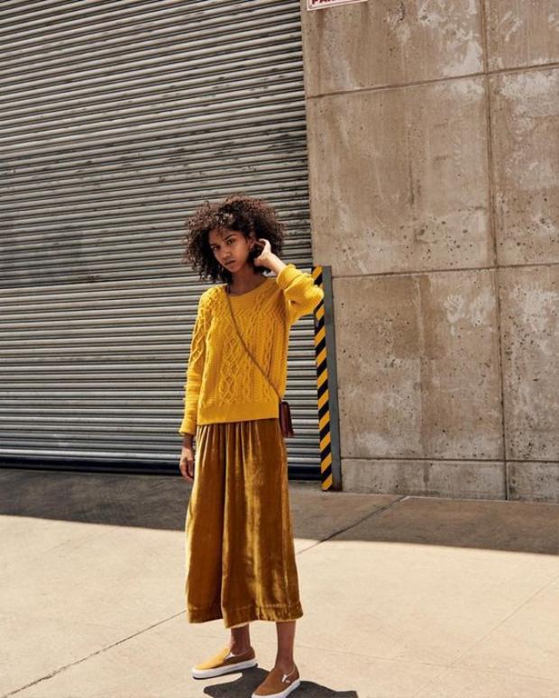 Với chất liệu vải nhung thì nguyên tắc: quần càng rộng càng đẹp…