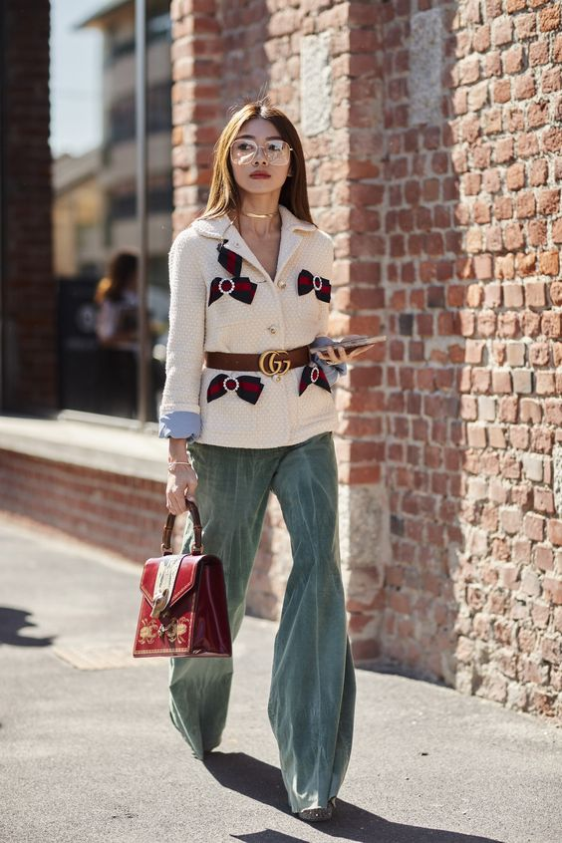 Nếu là một nàng công sở ưa thanh lịch, hãy diện quần nhung với vest và tạo điểm nhấn bằng phụ kiện như thắt lưng to bản và túi xách thời thượng.
