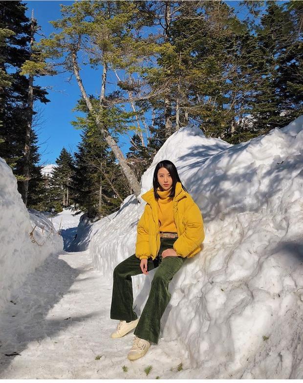 Quỳnh Anh Shyn thì vừa cho ra lò một loạt ảnh mới nóng hổi trong chuyến du lịch Nhật Bản của cô nàng. Chiếc quần nhung màu xanh được cô nàng kết hợp cực ăn ý với áo phao và áo cổ lọ màu vàng.