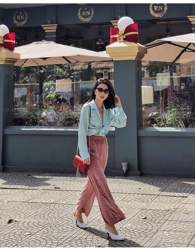 Và khi đang diện một chiếc quần nhung màu hồng pastel thì một chiếc áo retro sơ mi xanh nhạt là lựa chọn hoàn hảo.