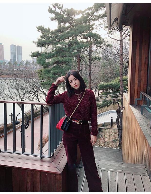 Những chiếc quần nhung thường có màu sắc rất nổi bật như màu đỏ đậm, vàng, xanh… Chi Pu đã diện chiếc quần nhung màu đỏ đậm và chiếc áo len cùng màu cực bắt mắt.