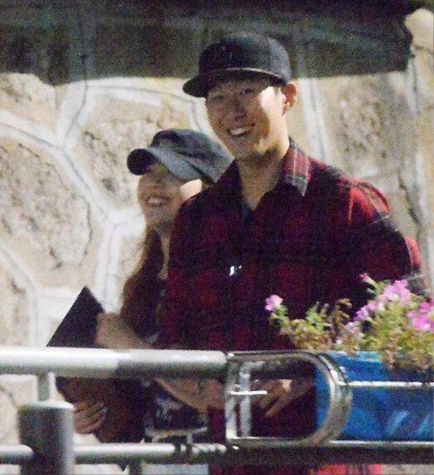 Năm 2014, khi Son còn chơi cho Bayer Leverkusen, anh bị báo Hàn khui ra việc hẹn hò với Minah, thành viên của nhóm nhạc nổi tiếng Girl's Day.