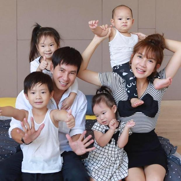 Cả 4 bé rất ngoan và được lòng mọi người.