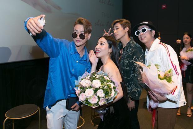 Nữ ca sĩ không quên tạo dáng nhắng nhít bên nhóm HKT.