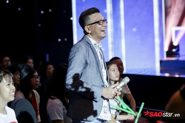 Nhạc sĩ Thái Thịnh tươi cười xuất hiện dưới hàng ghế khán giả tại buổi ghi hình Thần tượng Bolero.