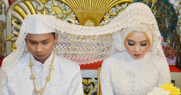 Phụ nữ Indonesia được nuôi dạy để chấp nhận tục lệ này.