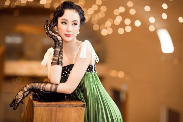 Không hổ danh là một trong những ngôi sao có gu thời trang sành điệu bậc nhất của Vbiz, mỹ nhân 23 tuổi chiếm trọn sự chú ý với đầm xếp ly xanh rêu và phụ kiện sang trọng.