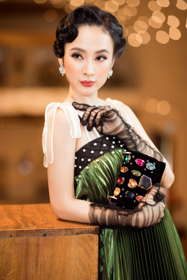 Lần đầu xuất hiện sau Tết, với sự giúp đỡ của stylist Hoàng Ku, Angela Phương Trinh xuất hiện hết sức chỉn chu và lộng lẫy.