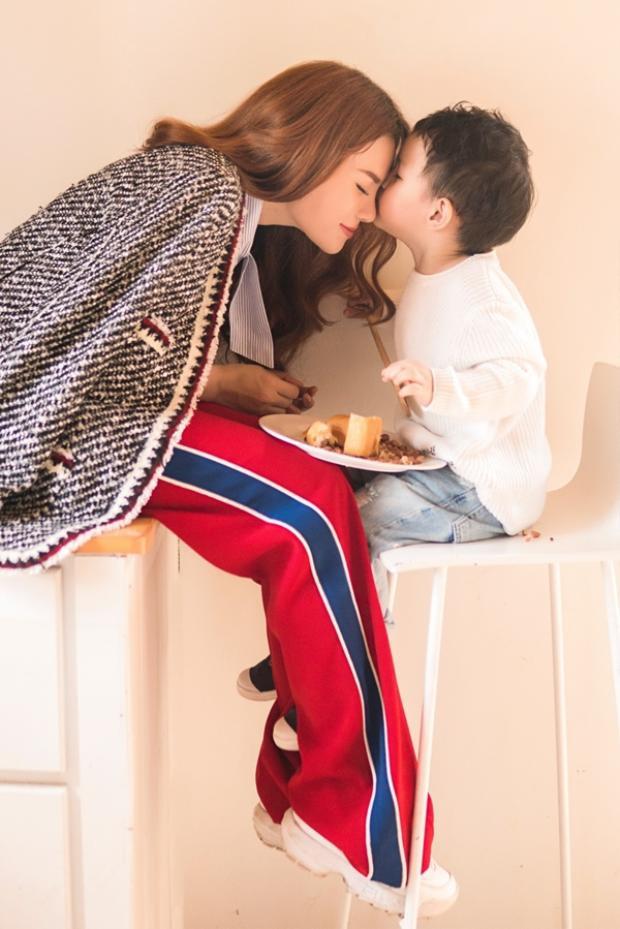 Thu Thủy từng tâm sự con trai cô rất ngoan, không hỏi nhiều về bố, ngày quyết định ra điđêm nào cô cũng khócấy mà bé Henry đã biết lấy khăn giấy lau nước mắt cho mẹ mỗi khi thấy mẹ buồn.